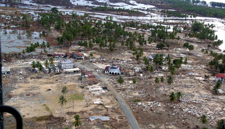 Fuerte Terremoto y devastador tsunami en Indonesia